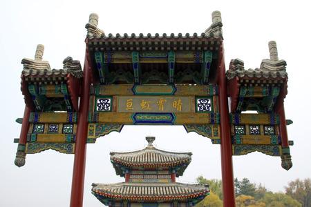 humanism: CHENGDE CITY - 20 de octubre: chino pabell�n de estilo arquitect�nico en Chengde resort de monta�a, en 20 de octubre 2014, la ciudad de Chengde, provincia de Hebei, China Editorial