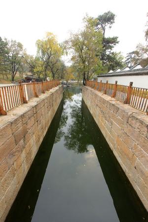 humanism: CHENGDE CITY - 20 de octubre: River Rehe edificios antiguos en Chengde resort de monta�a, en 20 de octubre 2014, la ciudad de Chengde, provincia de Hebei, China