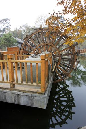 humanism: CHENGDE CITY - 20 de octubre: Rueda de agua estilo tradicional chino en Chengde resort de monta�a, en 20 de octubre 2014, la ciudad de Chengde, provincia de Hebei, China