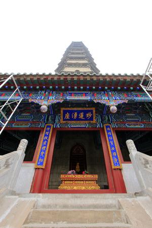 humanism: CHENGDE CITY - 20 de octubre: stupas en Temple Yongyou arquitectura del paisaje, de Chengde resort de monta�a, en 20 de octubre 2014, la ciudad de Chengde, provincia de Hebei, China