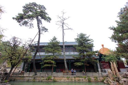 humanism: CHENGDE CITY - 20 de octubre: paisaje edificio Pabell�n Wenjin en Chengde resort de monta�a, en 20 de octubre 2014, la ciudad de Chengde, provincia de Hebei, China