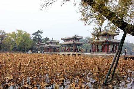 humanismo: CHENGDE CITY - 20 de octubre: la arquitectura del paisaje de estilo tradicional chino en Chengde resort de monta�a, en 20 de octubre 2014, la ciudad de Chengde, provincia de Hebei, China