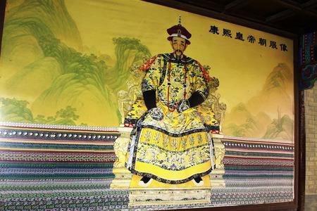 humanismo: CHENGDE CITY - 20 de octubre: la dinast�a Qing emperador Kangxi retrato en Chengde resort de monta�a, en 20 de octubre 2014, la ciudad de Chengde, provincia de Hebei, China