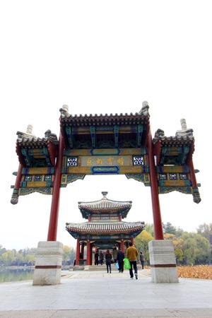 humanismo: CHENGDE CITY - 20 de octubre: chino pabell�n de estilo arquitect�nico en Chengde resort de monta�a, en 20 de octubre 2014, la ciudad de Chengde, provincia de Hebei, China Editorial