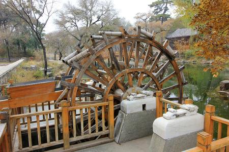humanismo: CHENGDE CITY - 20 de octubre: Rueda de agua estilo tradicional chino en Chengde resort de monta�a, en 20 de octubre 2014, la ciudad de Chengde, provincia de Hebei, China