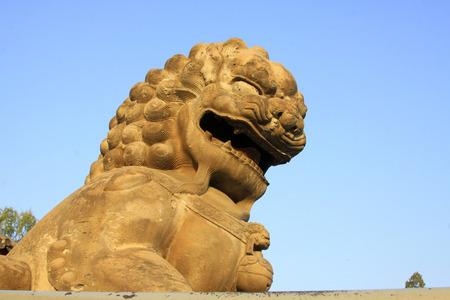 humanismo: CHENGDE CITY - 20 de octubre: leones de piedra tallada en Chengde resort de monta�a, en 20 de octubre 2014, la ciudad de Chengde, provincia de Hebei, China