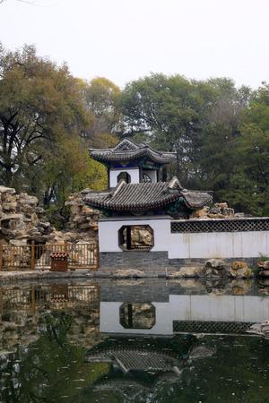 humanism: CHENGDE CITY - 20 de octubre: Wen Jard�n Paisaje del bosque del le�n en centro tur�stico de monta�a de Chengde, el 20 de octubre 2014, la ciudad de Chengde, provincia de Hebei, China