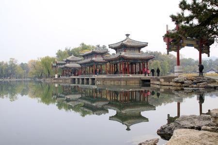 humanism: CHENGDE CITY - 20 de octubre: la arquitectura del paisaje de estilo tradicional chino en Chengde resort de monta�a, en 20 de octubre 2014, la ciudad de Chengde, provincia de Hebei, China