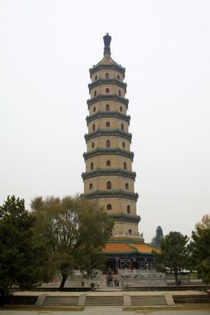 humanismo: CHENGDE CITY - 20 de octubre: stupas en Temple Yongyou arquitectura del paisaje resort de monta�a de Chengde, el 20 de octubre 2014, la ciudad de Chengde, provincia de Hebei, China