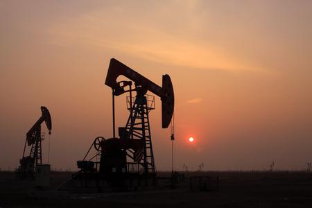 yacimiento petrolero: manivela unidad de bombeo viga equilibrada en un campo petrolero, China