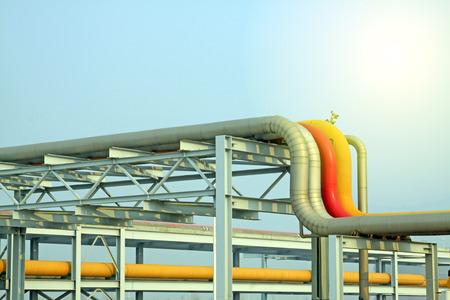 yacimiento petrolero: equipos de transmisión de petróleo crudo en un campo petrolero, primer plano de la foto Foto de archivo