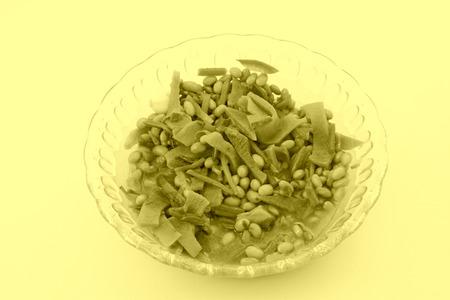 encurtidos: pepinillos en un recipiente de vidrio