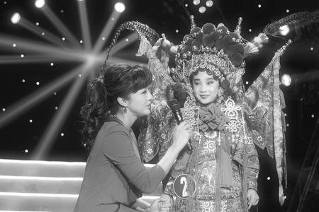 liu: Television program host liu                             Chang interviewing the performer