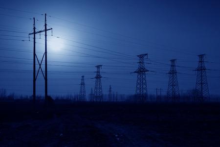 energia electrica: torre eléctrica en el cielo de la tarde, las instalaciones de transmisión de energía Foto de archivo