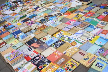 commodities: Libros en un quiosco de venta en el suelo Editorial