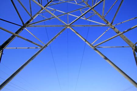 energia electrica: Torre de energ�a el�ctrica vista desde abajo, primer plano de la foto