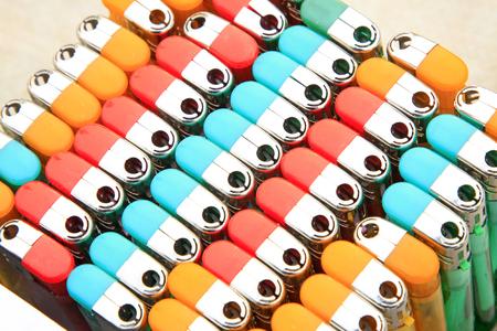 encendedores: Filas de encendedores de color, primer plano de la foto
