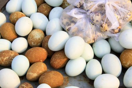 huevos codorniz: Cerca de huevos de pato salados y huevos de codorniz