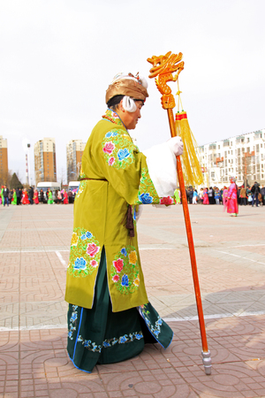 LUANNAN COUNTY - FEBRUARY 27: traditional Chinese style yangko dance performances in the square, on February 27, 2015, Luannan County, Hebei province, China 新聞圖片