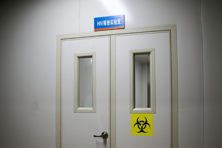 laboratoire de dépistage signe biohazard VIH sur la porte, gros plan de photo