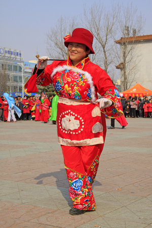 LUANNAN COUNTY - MARCH 2: traditional Chinese style yangko dance performances in the square, on march 2, 2015, Luannan County, Hebei province, China 新聞圖片