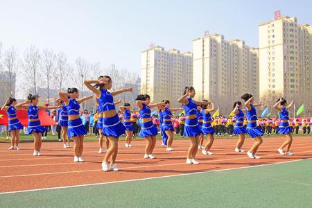 会議、2015 年 4 月 14 日、ラン南郡、河北省、中国陸上競技でラン南郡 - 4 月 14 日: グループ体操パフォーマンス 報道画像