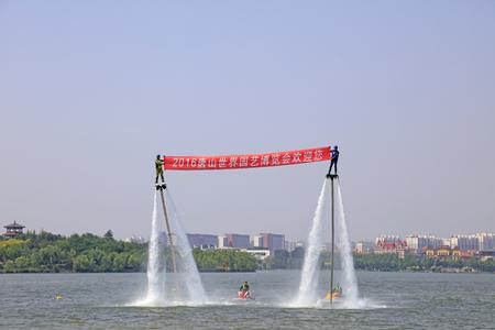 efectos especiales: Tangshan - 19 junio: el agua de chorro rendimiento de efectos especiales, el 19 de junio de 2016, la ciudad de Tangshan, provincia de Hebei, China