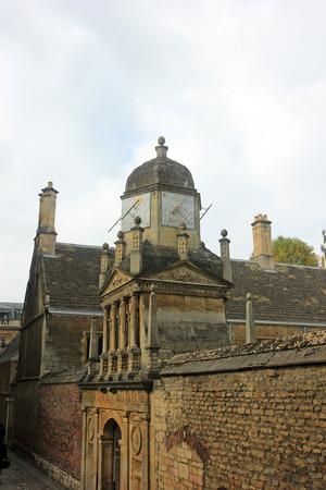 numeros romanos: Cambridge - Octubre 3: torre del reloj edificio paisaje, el 3 de octubre de 2015, Cambridge, Reino Unido.