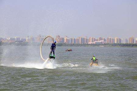 special effects: Tangshan - 19 junio: el agua de chorro rendimiento de efectos especiales.