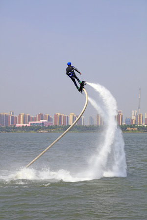 special effects: Tangshan - 19 junio: el agua de chorro rendimiento de efectos especiales, el 19 de junio de 2016, la ciudad de Tangshan, provincia de Hebei, China