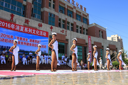 bailes latinos: Tangshan - August 8: Childrens Latin dance performances in the park, August 8, 2016, tangshan city, hebei province, China Editorial
