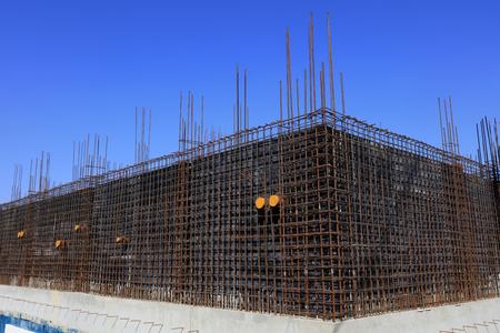 estructura de acero y encofrado de madera en el sitio de construcción