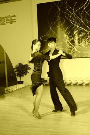 baile latino: Tangshan - 31 DE MAYO: actuaciones de baile latino en un mercados de automóviles en mayo 31, 2014, la ciudad de Tangshan, provincia de Hebei, China Editorial