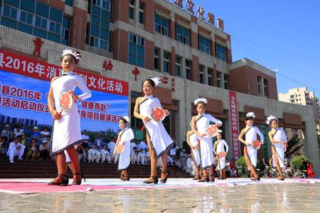 baile latino: Tangshan - 8 de agosto: actuaciones de baile latino de los niños en el parque 8 de agosto de 2016, la ciudad de Tangshan, provincia de Hebei, China Editorial