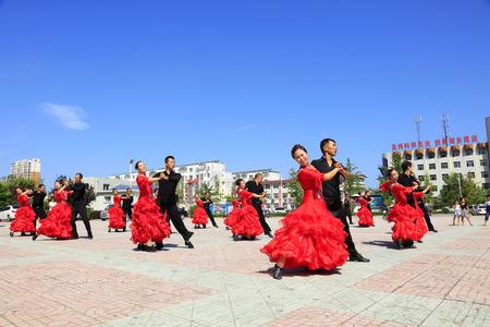 baile latino: Tangshan - 8 de agosto: actuaciones de baile latino en el parque 8 de agosto de 2016, la ciudad de Tangshan, provincia de Hebei, China Editorial