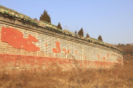 Broken walls under the blue sky Фото со стока