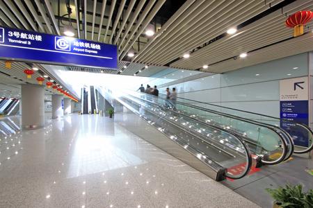 Ascenseur en verre du terminal T3 de l'aéroport international de la capitale Beijing, Chine