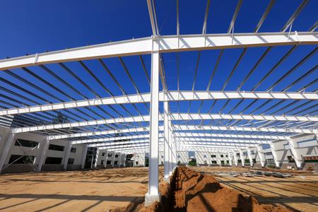 Steel girder truss in a factory 版權商用圖片 - 97115871