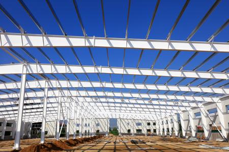 Steel girder truss in a factory 版權商用圖片 - 97115883