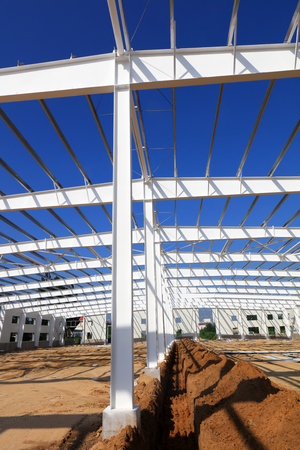 Steel girder truss in a factory 版權商用圖片 - 97115891