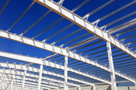 A white steel beam under the blue sky  版權商用圖片