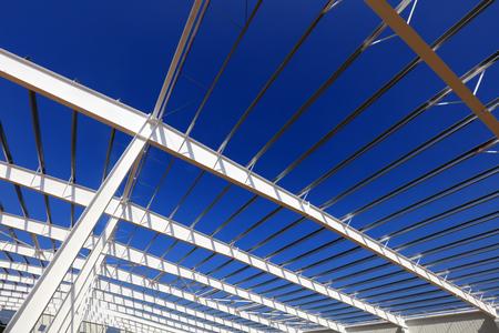 A white steel beam under the blue sky 版權商用圖片 - 97117970