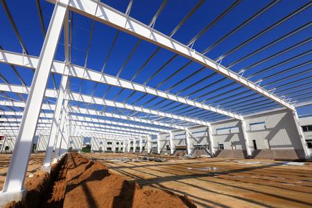 Steel girder truss in a factory 版權商用圖片 - 97118172