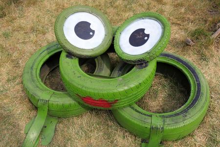 Car tires cartoon images, green frogs Foto de archivo - 108311800