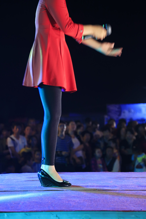 red dress Lady singing on the stage, Tangshan City, Hebei, China Archivio Fotografico