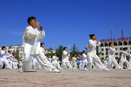 Tangshan - August 8: Chinese Kungfu-Tai Chi exercise in the park, August 8, 2016, tangshan city, hebei province, China 에디토리얼