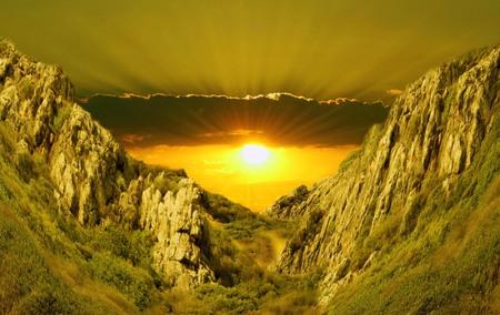 ..Beautiful declive detrás de las montañas verdes en Turquía.