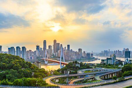 Panoramę miasta Chongqing i asfaltową drogę o zachodzie słońca