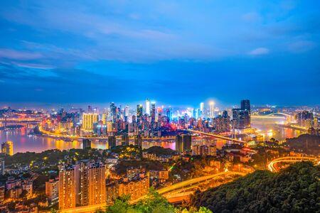 Nachtstadtarchitekturlandschaft und bunte Lichter in Chongqing