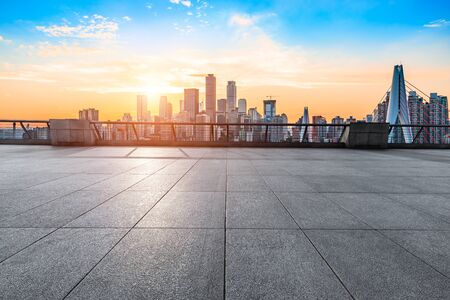 Zonsondergang lege vierkante weg en stadsgezicht in Chongqing Stockfoto